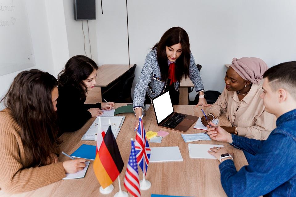 Droit des étrangers : ce qu'il faut faire à l'arrivée sur le sol français